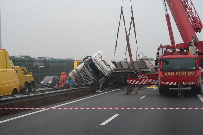 Opruimen van de vrachtwagen op de A67.