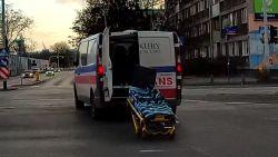 Rijdende ambulance verliest brancard