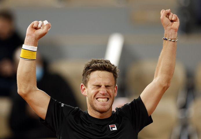 Diego Schwartzman juicht nadat hij Dominic Thiem na vijf sets heeft verslagen.