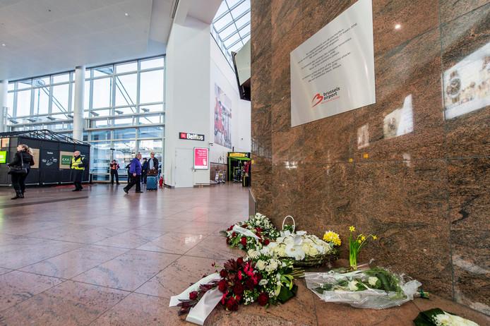 Bloemen bij de herdenking van de aanslagen op de luchthaven Brussels Airport, een jaar na de aanslagen.