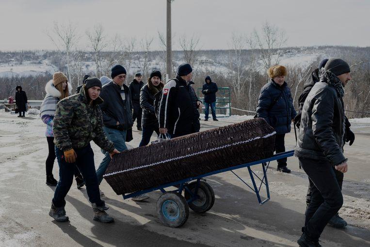 Lukt het Aleksandr Aleksandrovitsj zijn vader te begraven? Beeld Emile Ducke