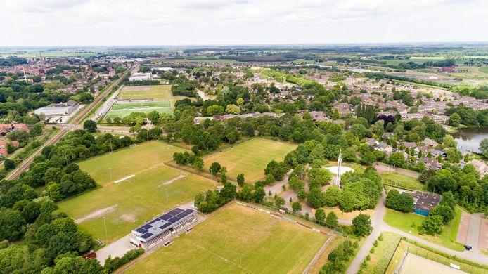 Op de voorgrond sportpark De Nieuwe Gagels, waar VV Steenwijk nu nog op zondag wedstrijden speelt.