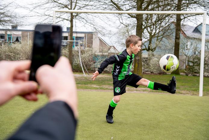 Steijn Geeve bezig met de opdracht van woensdag, gefilmd door vader Arnaud.