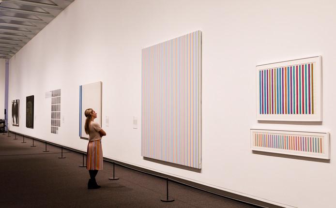 Een vrouw bekijkt werk op een tentoonstelling met abstracte kunst van onder meer Jackson Pollock in het Amerikaanse Metropolitian Museum of Art in New York.