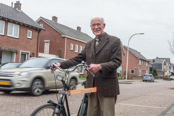 De 92-jarige Harry Fluttert heeft de Bike-Safe bedacht.