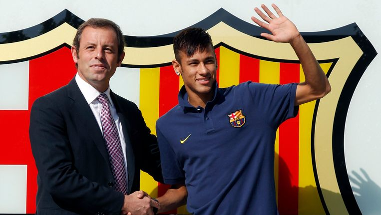 Neymar naast Rosell bij z'n voorstelling in Barcelona.