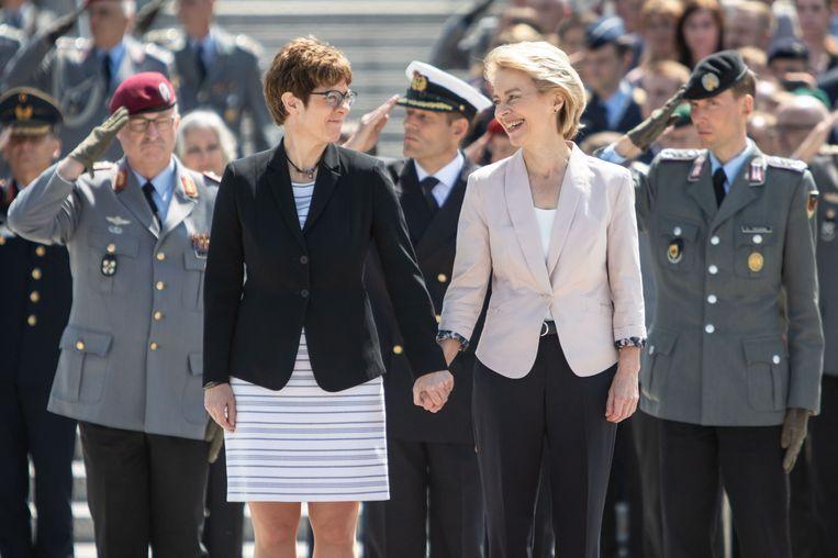 Ursula von der Leyen (rechts) met haar opvolger als Duits minister van Defensie Annegret Kramp-Karrenbauer. Von der Leyen is de nieuwe voorzitter van de Europese Commissie. Beeld Getty Images