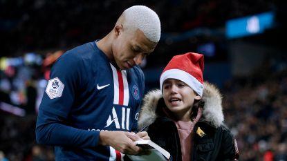 Kerstman Kylian signeert tijdens de match