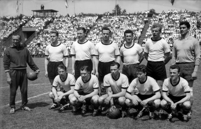 DOS in 1958. Staand, derde van links Henk Temming.