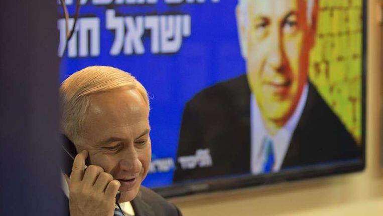 Premier Netanjahoe belt potentiële kiezers op om hen te overtuigen op zijn partij te stemmen, afgelopen week in Tel-Aviv. Beeld AFP