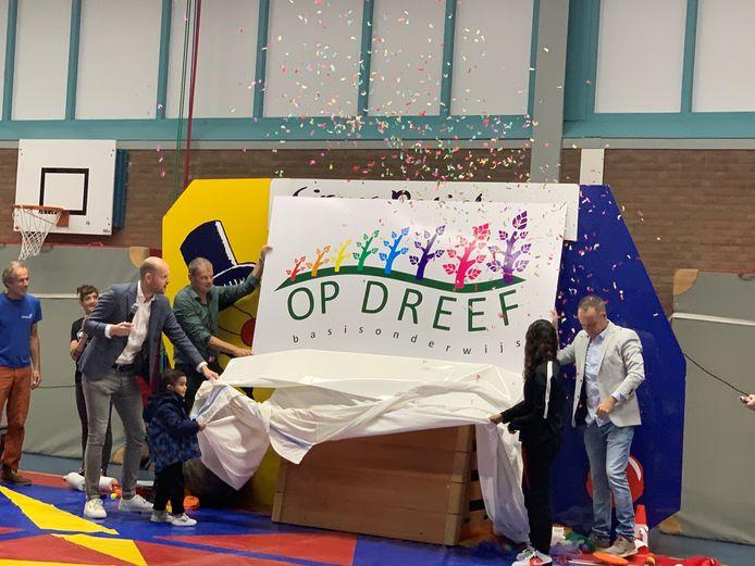 Wethouder Wouter Struijk onthulde vanochtend de naam én het nieuwe logo van de Samenlevingsschool Op Dreef.