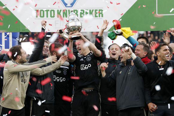 Van l naar r: Blind, de Jong, Dolberg, Schöne, de Ligt, van de Beek, Tadic en Magallan met de cup.
