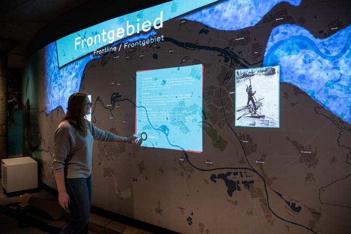 Coördinator Lisa van Kessel toot de interactieve 'Belevingswand'
