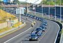 De lange stoet rouwwagens gezien vanaf het viaduct in Best.