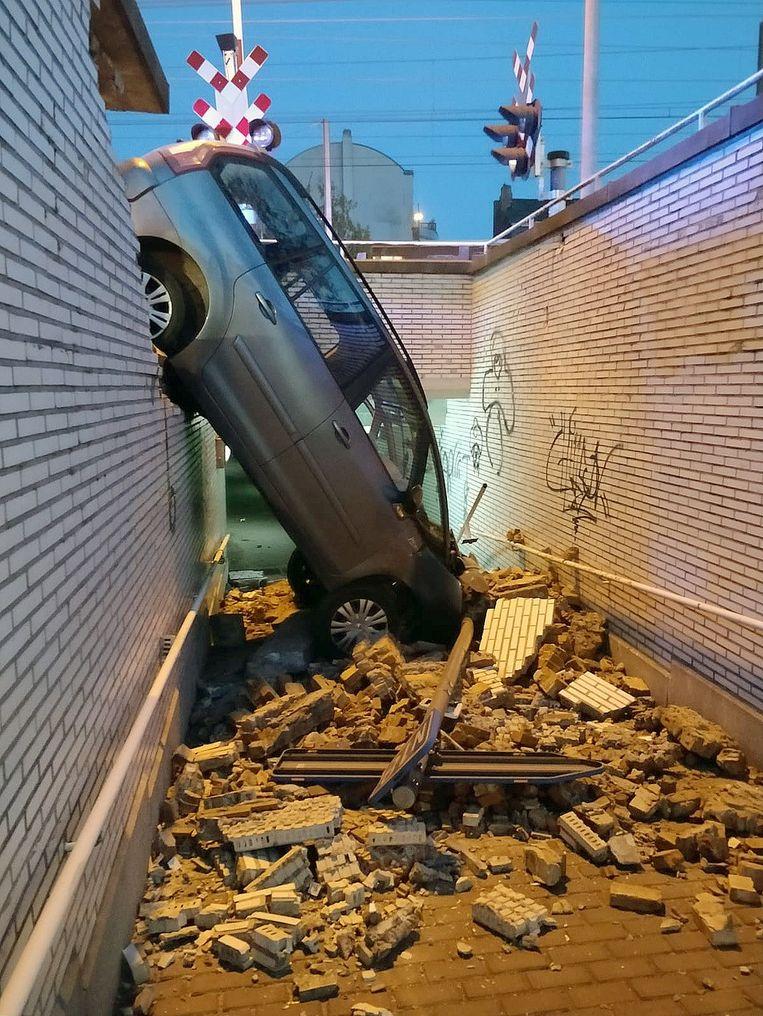 De wagen belandde in de voetgangerstunnel.
