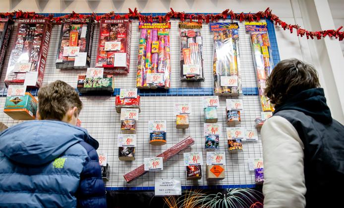 Kinderen die met vader of moeder vuurwerk uitzoeken. Hoe lang nog?