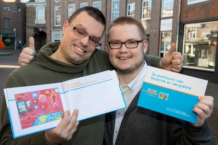 Auteur Richard Hendriks (links) en tekenaar Nelson Wagemans zijn 'supertrots' op hun boek: De avonturen van Roderick en Jacqueline.