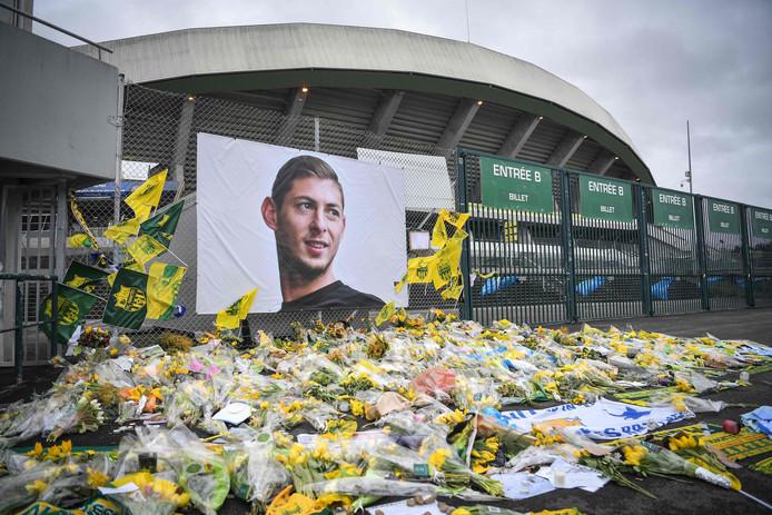 Een bloemenzee bij het stadion van Nantes, de voormalige club van Sala