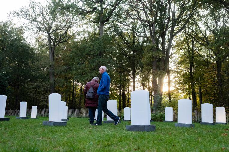 Bezoekers wandelen tussen de grafzerken aan het kasteel van Ravenhof.