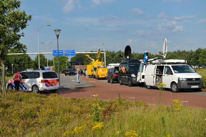 Binnen- en buitenlandse pers bij de poorten van Eindhoven Airport.