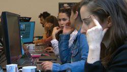 Binnenkijken in de 'war room' tegen fake news in Brussel