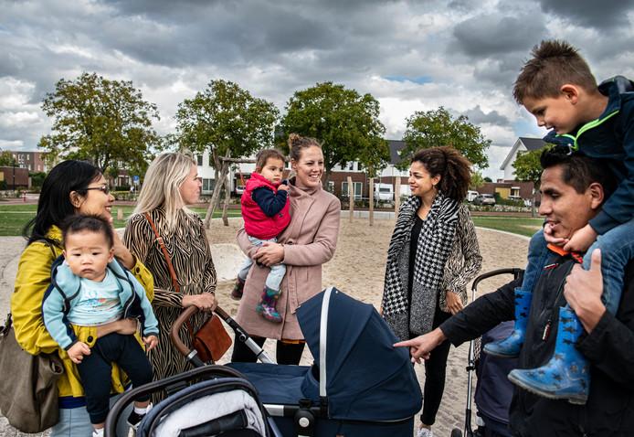 De sociale contacten in de Dalidastraat in nieuwbouwwijk Lent (Nijmegen) zijn uitstekend. Iedereen treft elkaar in de gloednieuwe speeltuin om de hoek. Vlnr: Vicky Lau, Rianne van Moerkerk, Jessie Henkes, Krystal Hendriks en Jorge Yepez Olave, met hun kinderen.