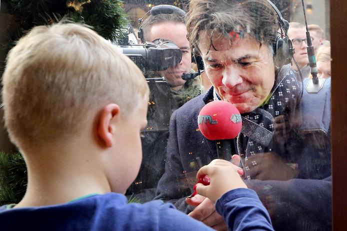 Tijn met Bredase burgemeester Depla. Morgen is Tijn burgemeester. Foto Ramon Mangold
