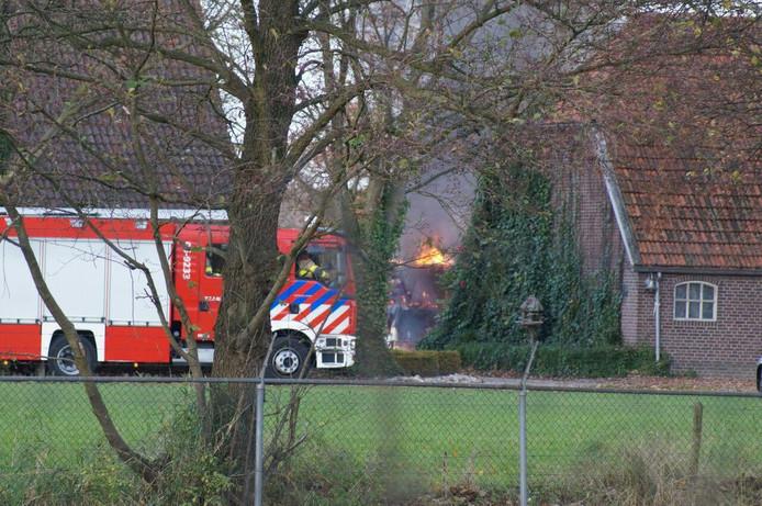 De brandweer in actie bij de schuurbrand in Lichtenvoorde.