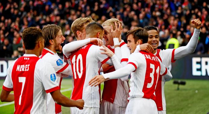 Spelers van Ajax vieren de 1-0
