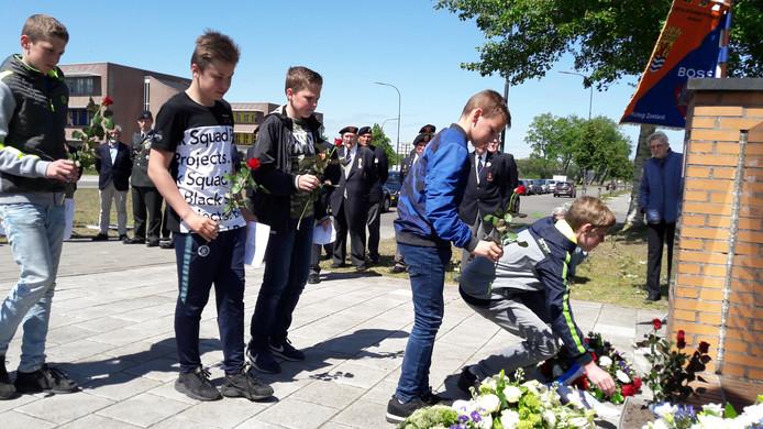 Leerlingen van het Calvijncollege leggen een bloem bij het Franse monument.