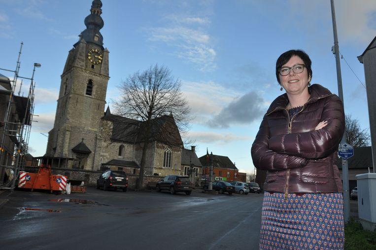 Schepen Leen Dierick op het dorpsplein van Mespelare.