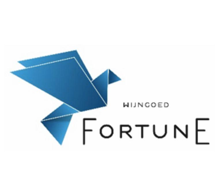 Het logo verwijst naar een voormalige herberg