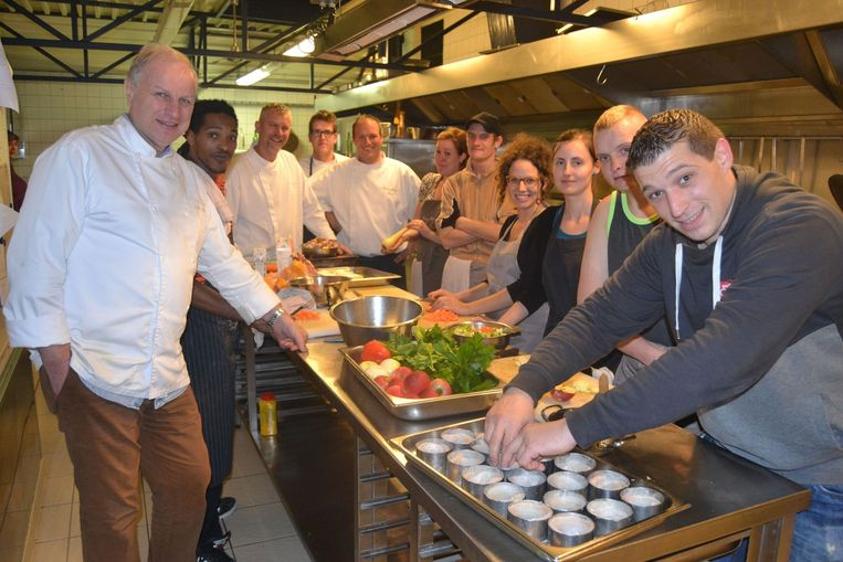Felix Alen maakte een recept uit zijn succesboek met de jongeren van Betonne Jeugd.