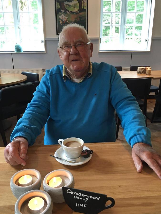 Cees dronk graag een kop koffie in zijn favoriete restaurant in Dorst, Beum.