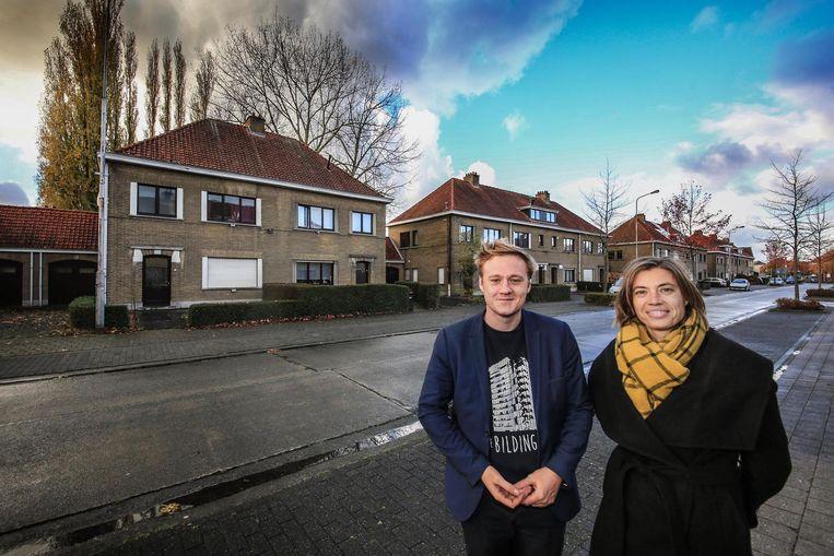 Maxim Veys en Ilse Piers in de verouderde buurt Nieuw Kortrijk die wordt aangepakt. Er komen 311 nieuwe en bijna energieneutrale huizen.