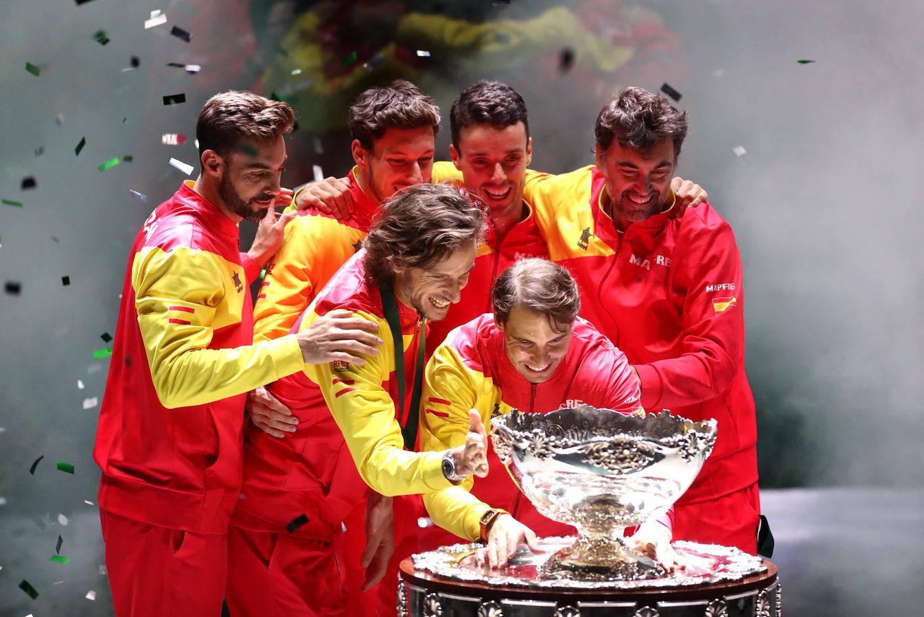 Rafael Nadal en zijn ploeggenoten vieren het winnen van de Davis Cup.