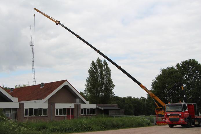 Plaatsen van de huidige mast van de lokale omroep achter Het Hof in Borculo in 2015. Dat Vodafone er een andere mast voor zet,  noopt de omroep daarin mee te doen, maar daarvoor is eigenlijk geen budget.