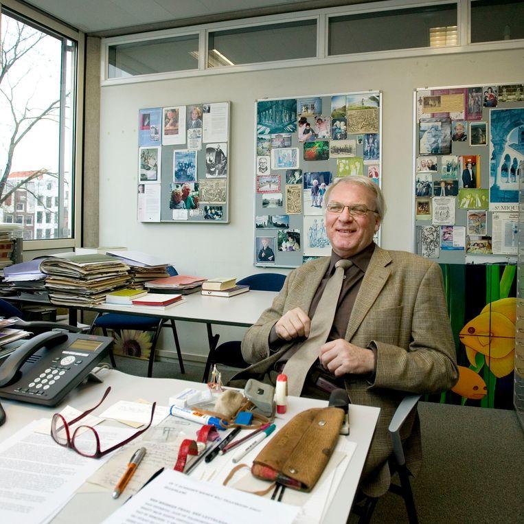 Herman Pleij, hoogleraar Historische Nederlandse Letterkunde, in zijn werkkamer aan de UvA Beeld Maartje Geels