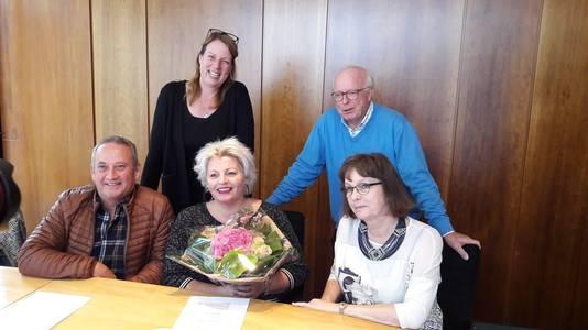 Bart Schreuders, Erika Bouter, Debby Wesselo, Walter Esch en Willemien Hobo (vlnr) van de  Stichting Bommelerwaard helpt Sint-Maarten.