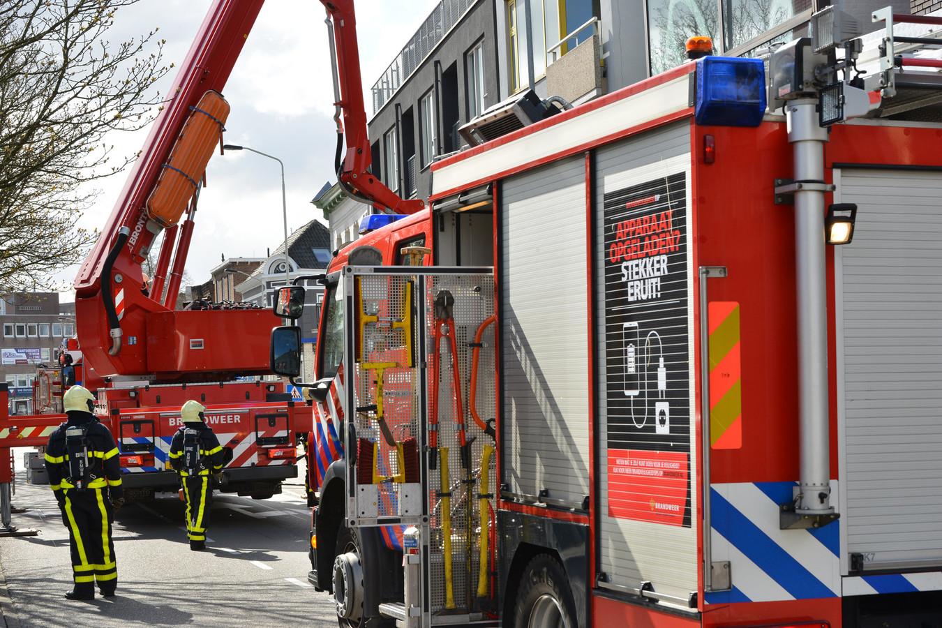 De brand ontstond in een asbak op het balkon van een flatgebouw aan de Schorsmolenstraat in Breda.
