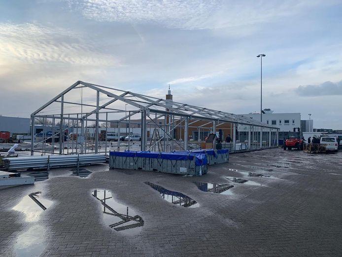 De coronateststraat van de GGD aan de Wattweg in Bergen op Zoom in aanbouw.