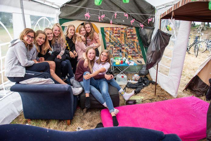 Dikke pret tijdens een kampeerfeest in Harbrinkhoek. Vanaf 1 juli kan er weer gefeest worden. Maar wel met inachtneming van de 1,5 meterregel.