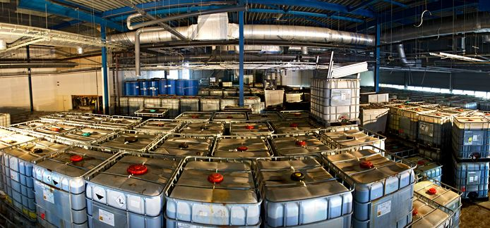 De lekkende vaten in het fabriekspand aan de Lage Dijk in Helmond. f