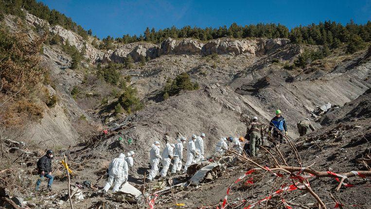 Franse agenten en forensisch onderzoekers aan het werk op de plaats van de crash in 2015.