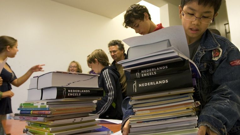 Scholieren halen hun nieuwe boeken op voor het nieuwe schooljaar bij het Barlaeus gymnasium Beeld ANP
