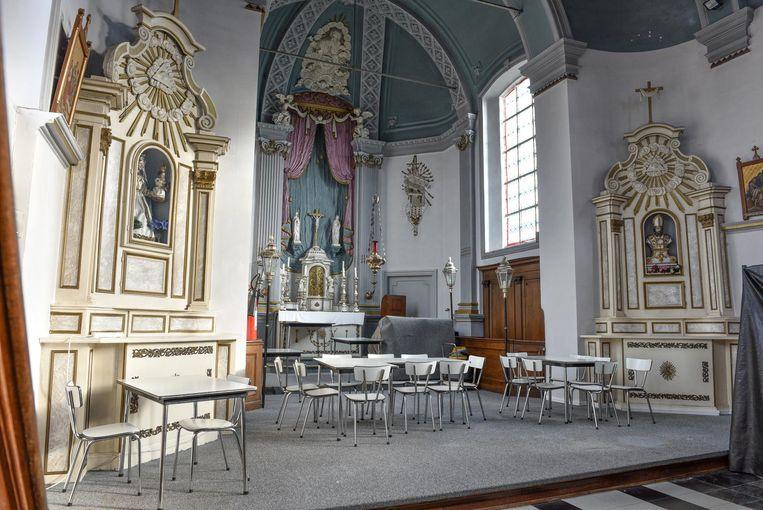 Tafeltjes bij het altaar. Verenigingen kunnen nu al in de kerk terecht.