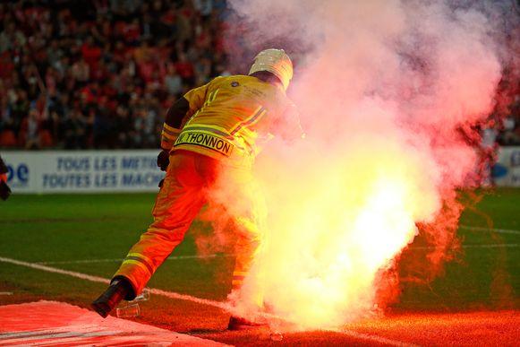Bengaals vuur tijdens een voetbalwedstrijd
