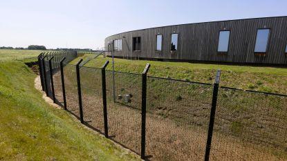 """De Vriendt reageert fel na bezoek woonunits Steenokkerzeel: """"Een gouden kooi blijft een gevangenis"""""""