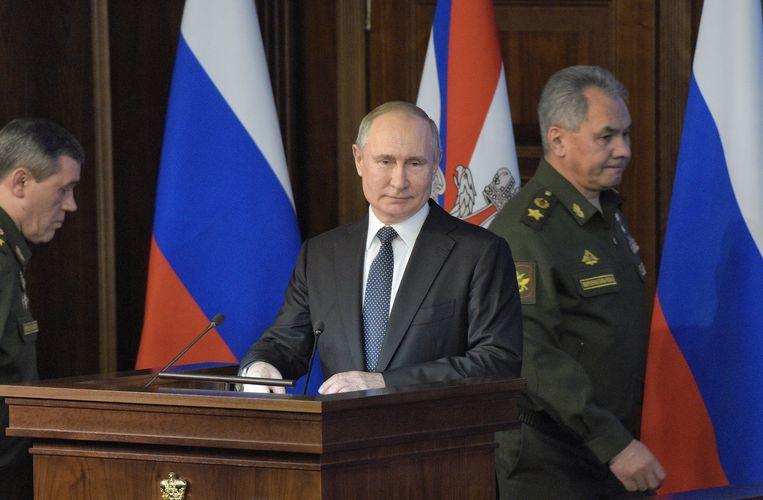 De Russische president Vladimir Poetin (midden) en de Russische minister van Defensie Sergey Shoygu (rechts).