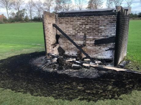Dug-outs in brand gestoken met kliko's bij MZC'11 in Zierikzee: 'Daders zijn vijanden van iedereen'